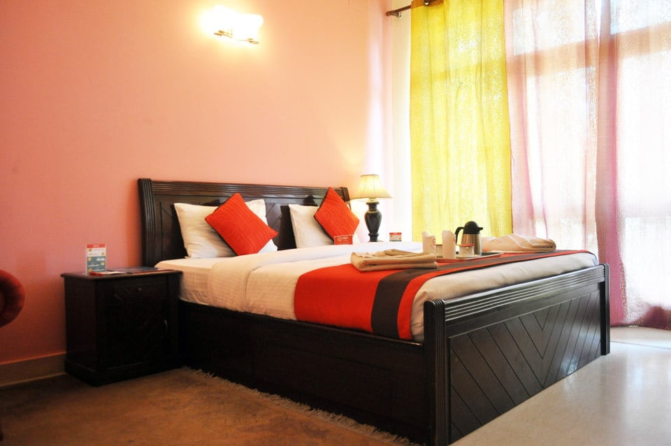 Comfortable clean room in DLF 4 Ggn