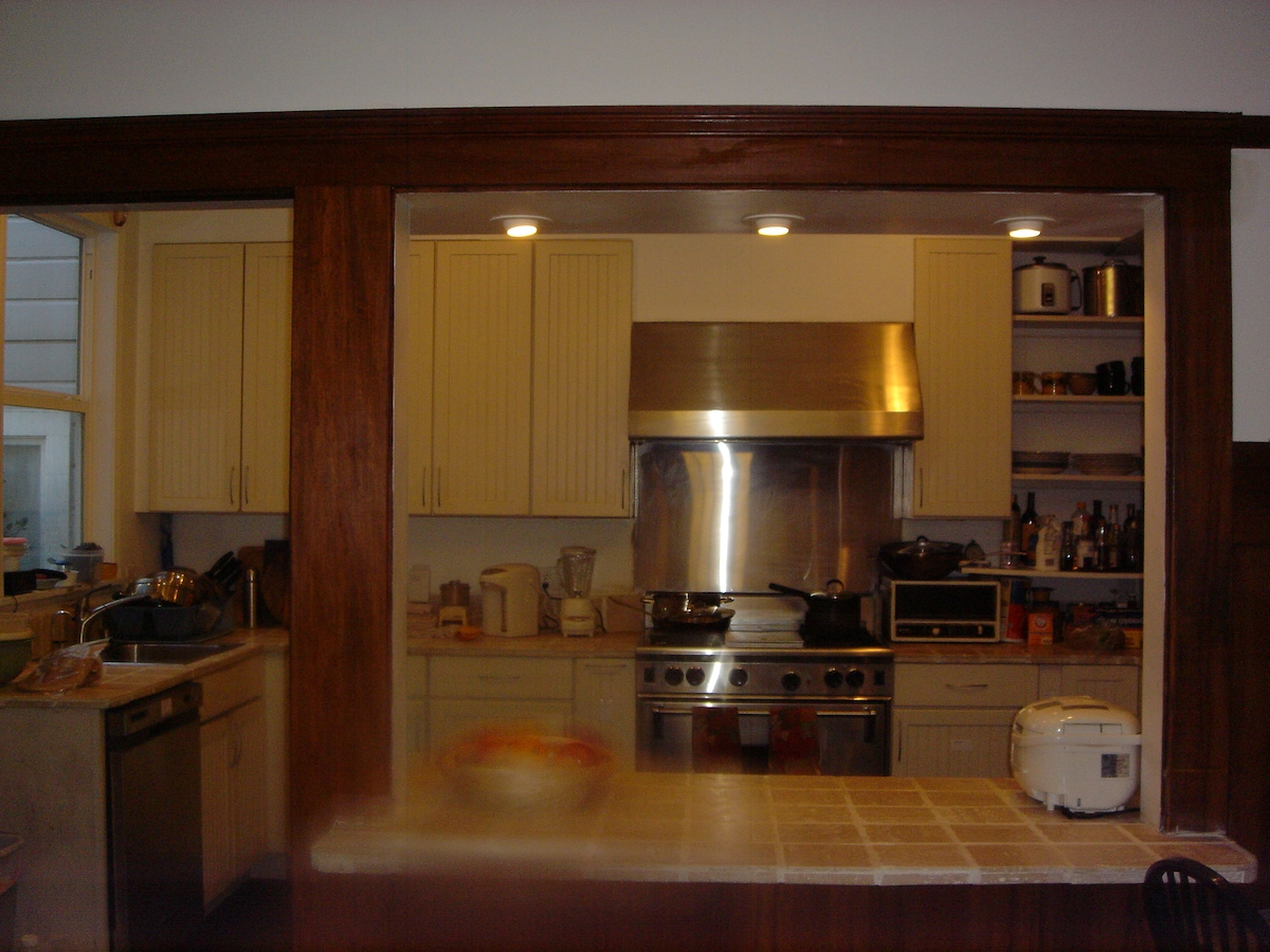 Fully equipped kitchen with WOLF stove.