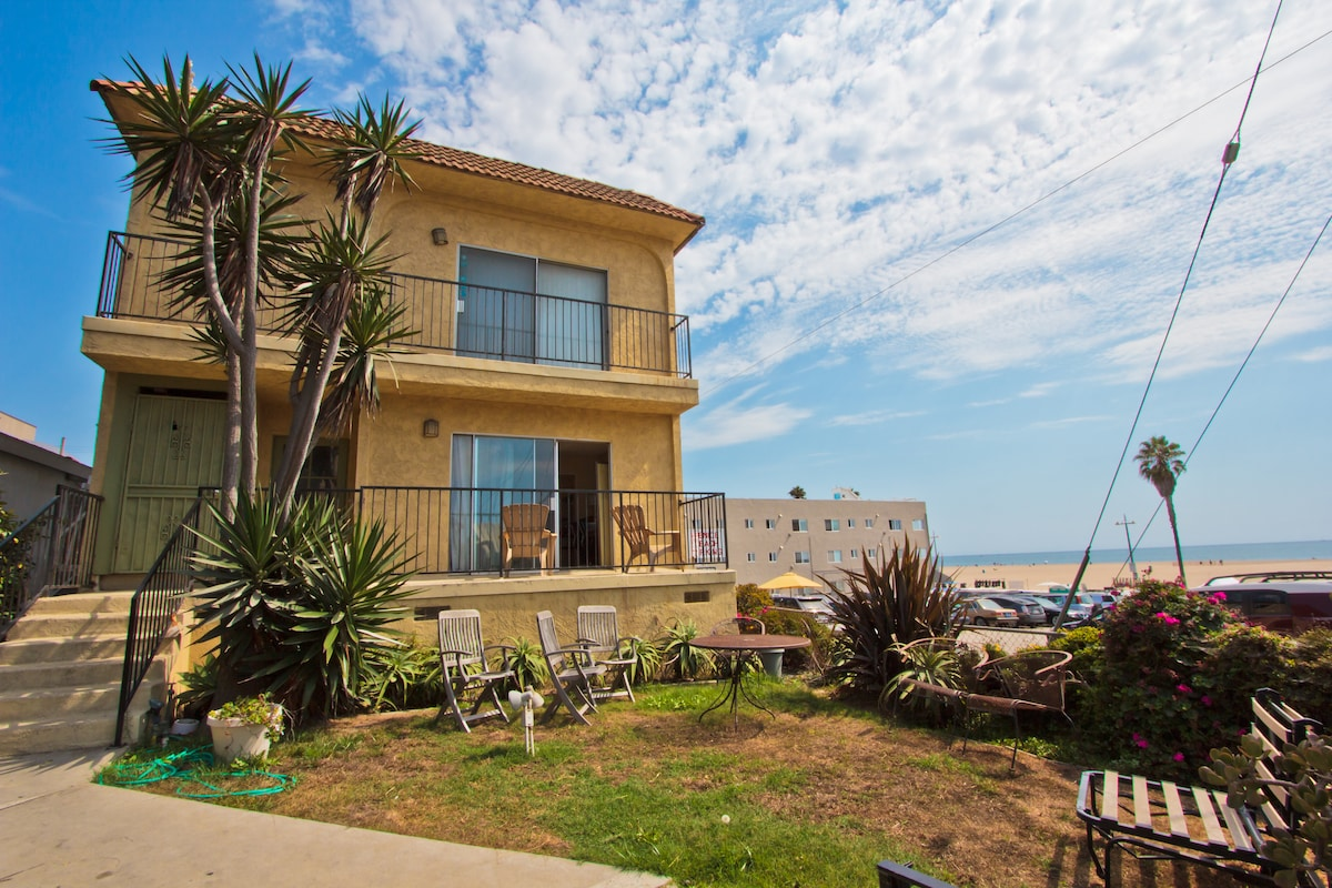 Bottom unit (open door to to balcony with chairs), less than 50 M (60 yd) to beach.