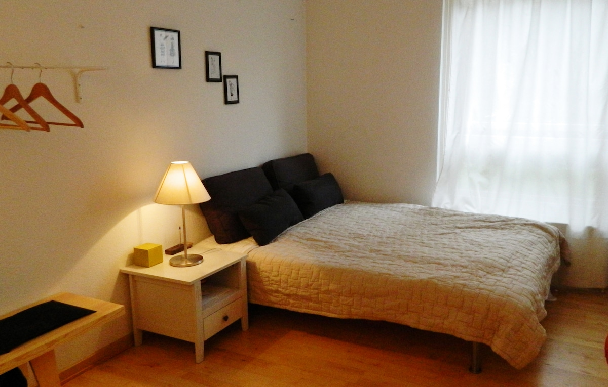 Spacios room with 1x140 cm bed.