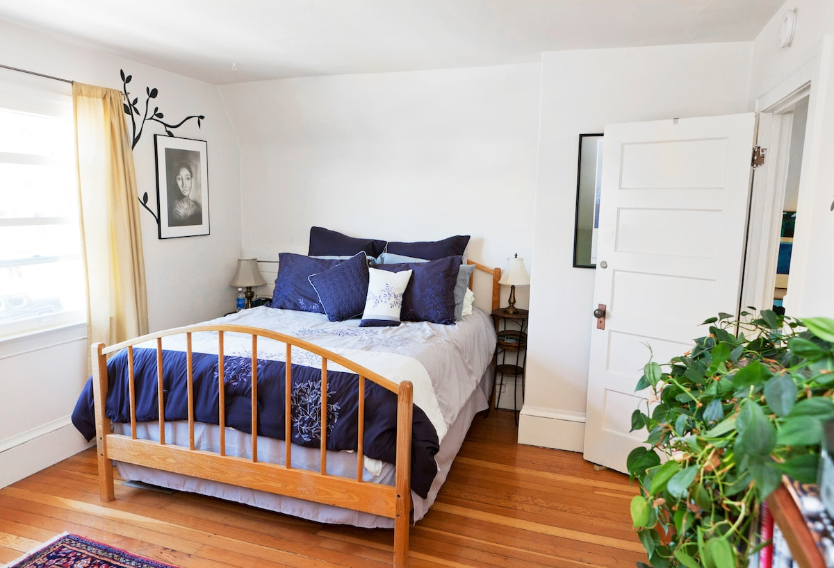 Large, sunny room with comfy queen size bed and cable TV