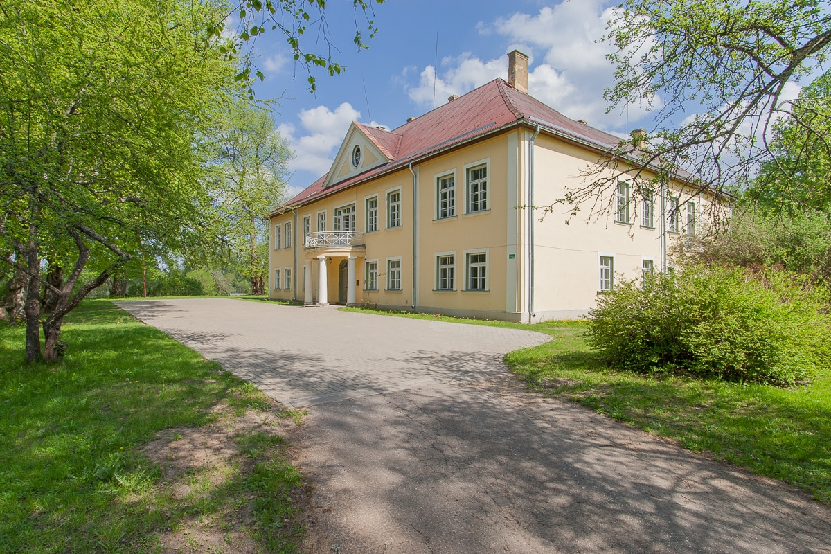 Apartment in a manor 35km from Riga