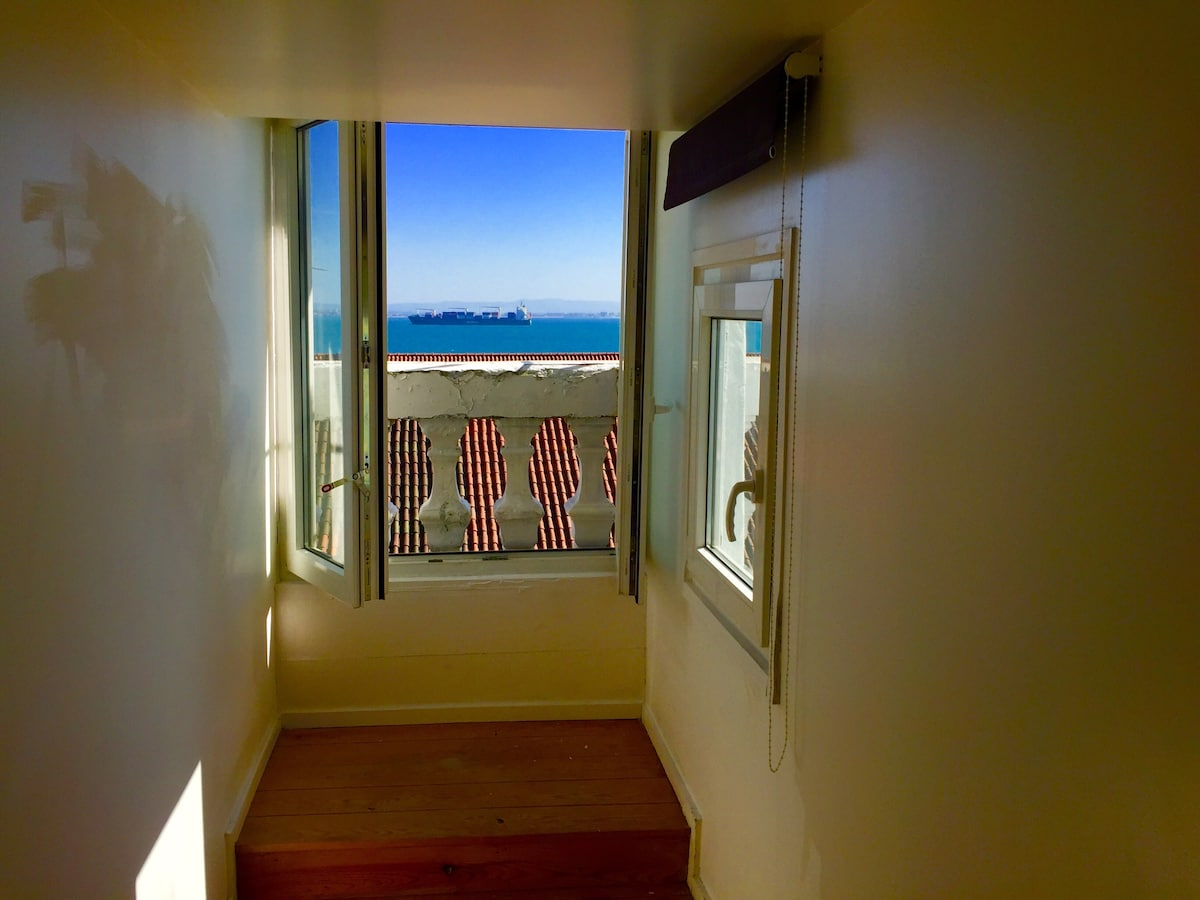 •LISBON ROOM WITH SEA VIEW (BAIXA)