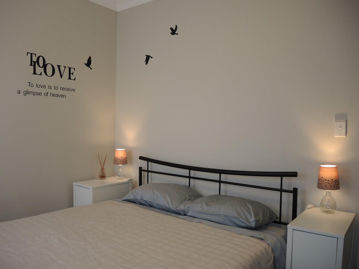 Comfy Queen Bedroom Near the City