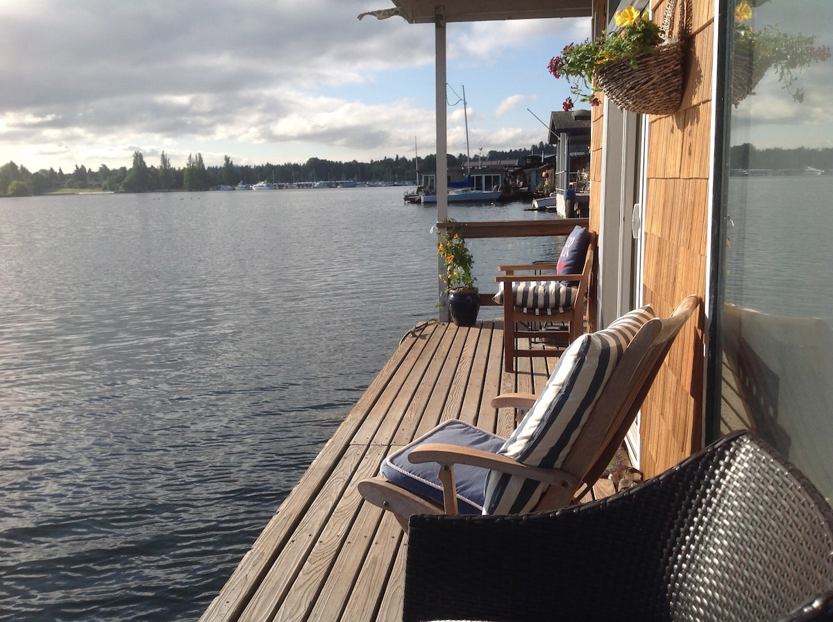 Charming Floating Home end of dock!