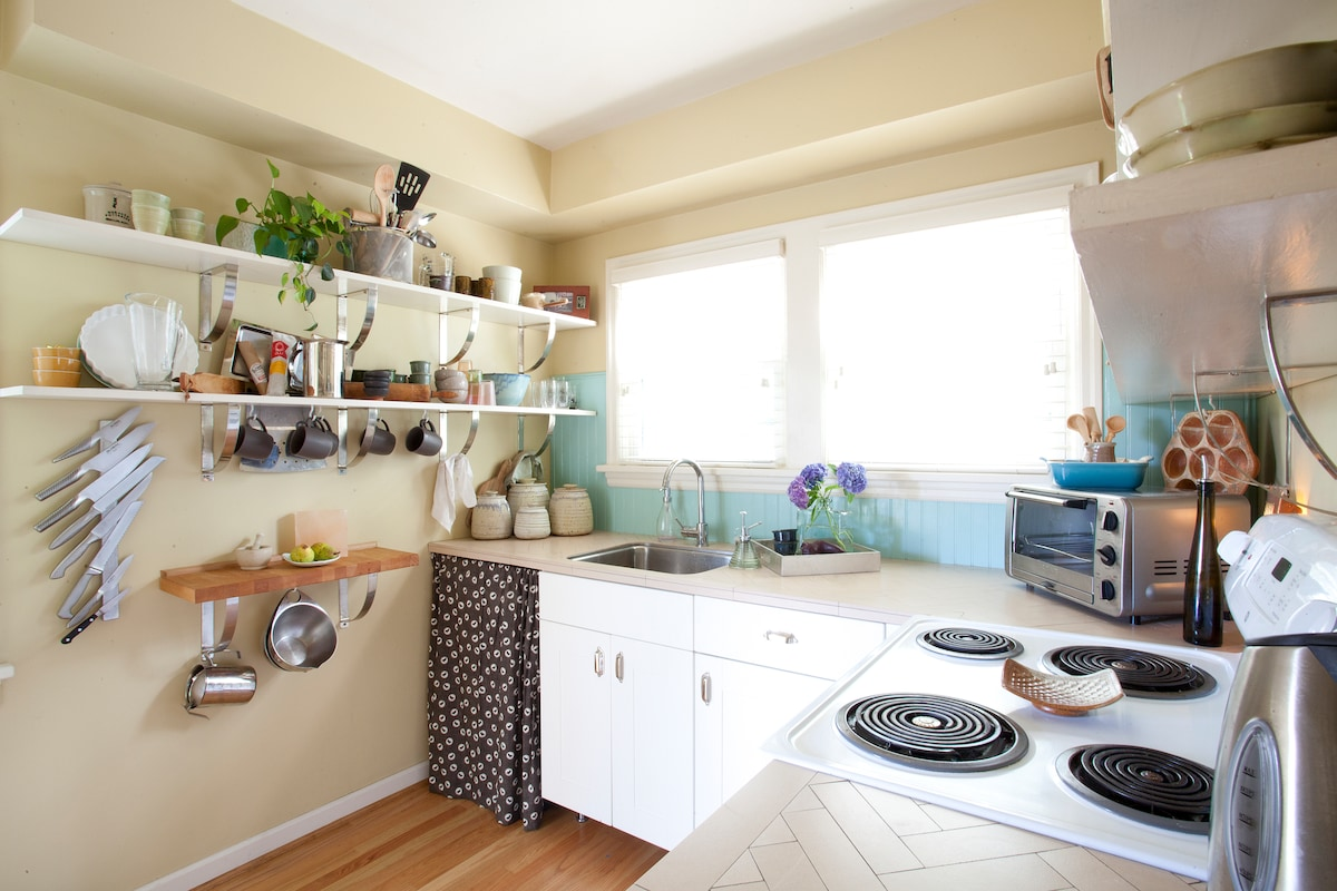 A small but efficient kitchen, think south of France!