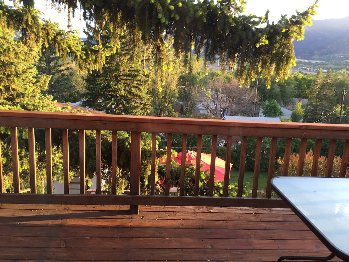 Balcony with dining and view of the mountain range