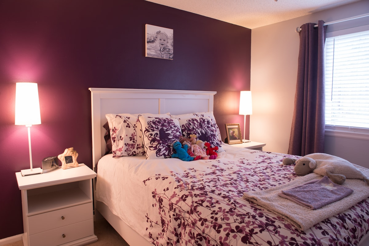 2nd bedroom specifically designed for kids. Queen bedroom set when entire house is rented