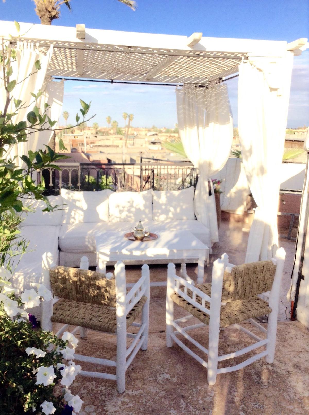 Une invitation au thé dans le salon blanc marocain de la terrasse...