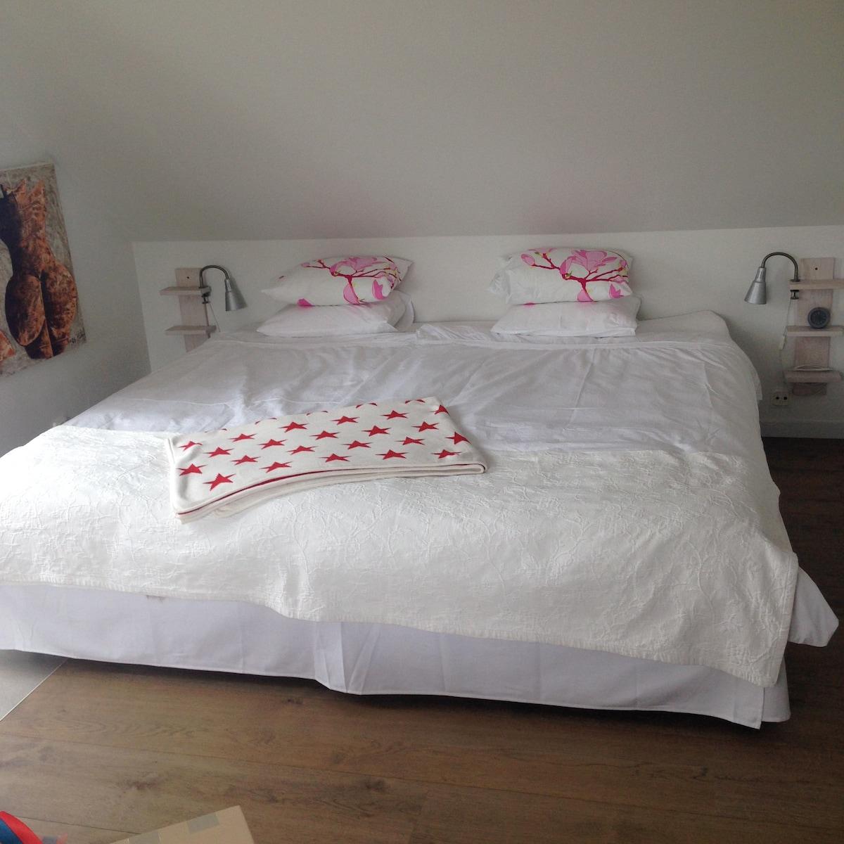 En skön, extrastor Dux- säng (210x210).