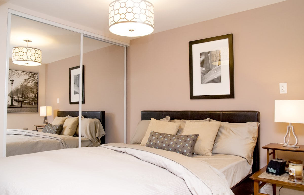 Enjoy the comfort of 400 thread count Egyptian cotton sheets on the queen bed.