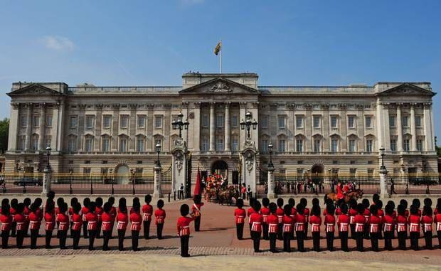 Buckingham Palace 3 min walking