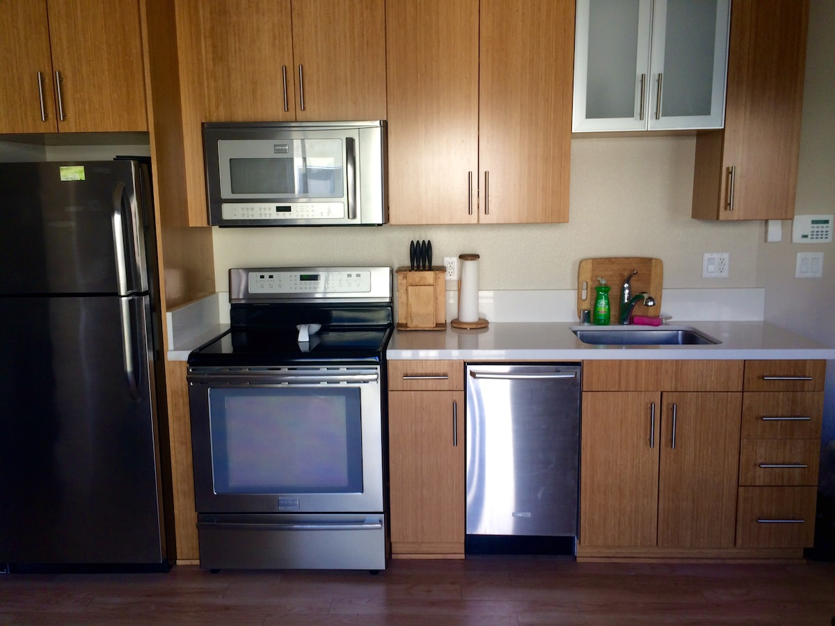 SUNNY CENTRALLY LOCATED 1 BEDROOM