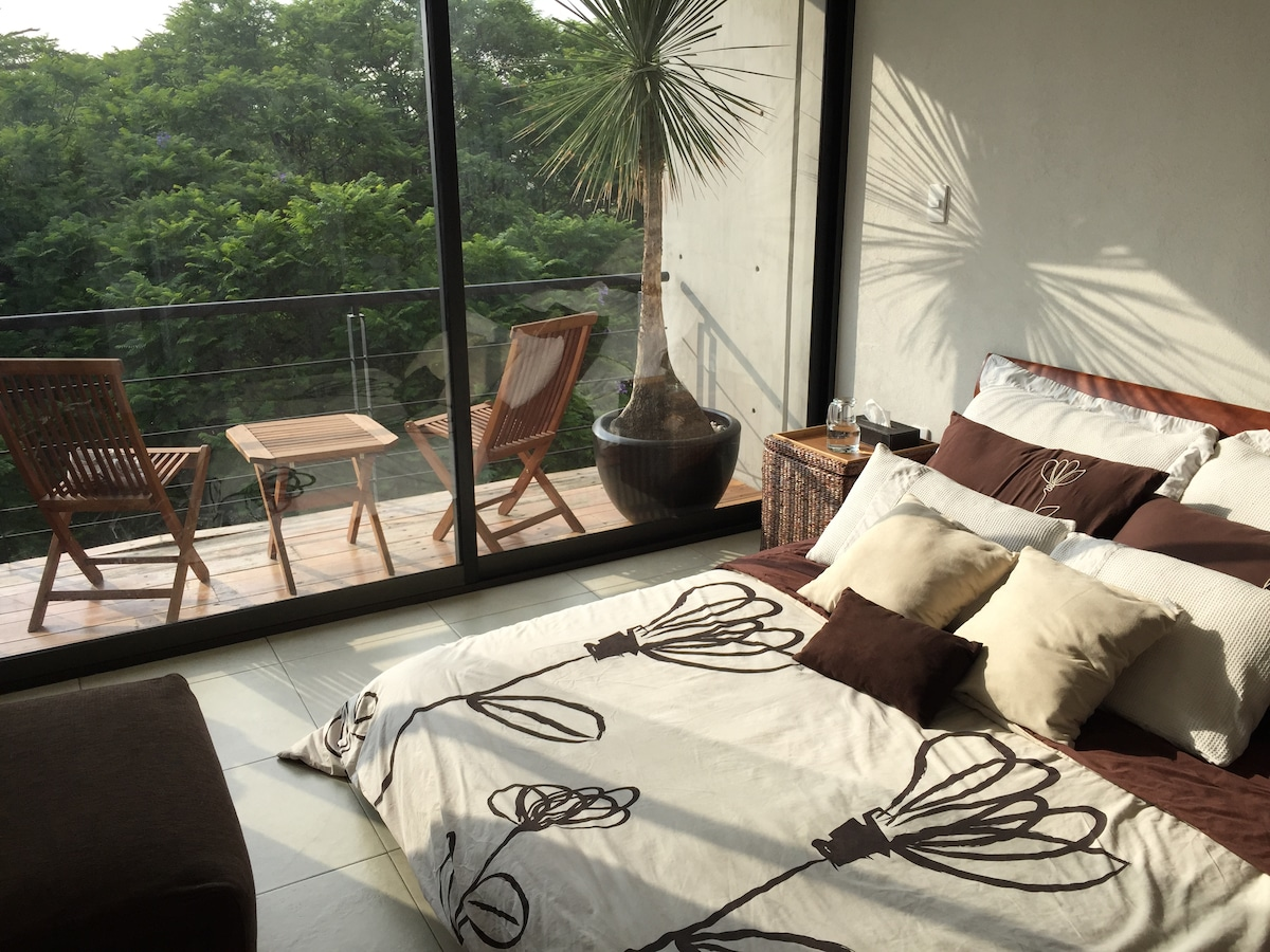 ROOFTOP PENTHOUSE BALCONY QUEEN BED