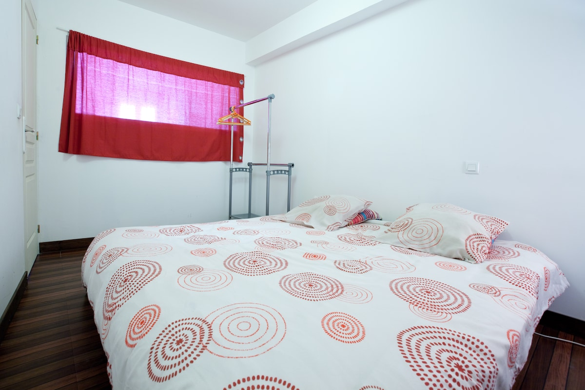 la chambre avec sa penderie - the bedroom with its wardrobe