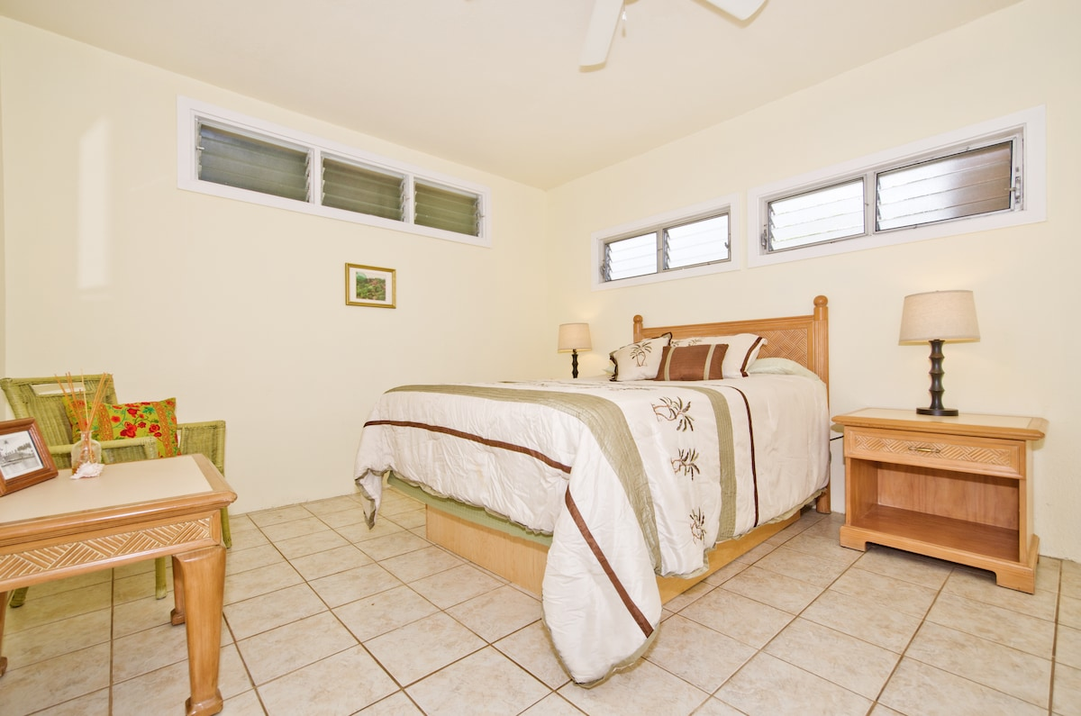 Large one bedroom bungalow in paradise one block from Kailua Beach.