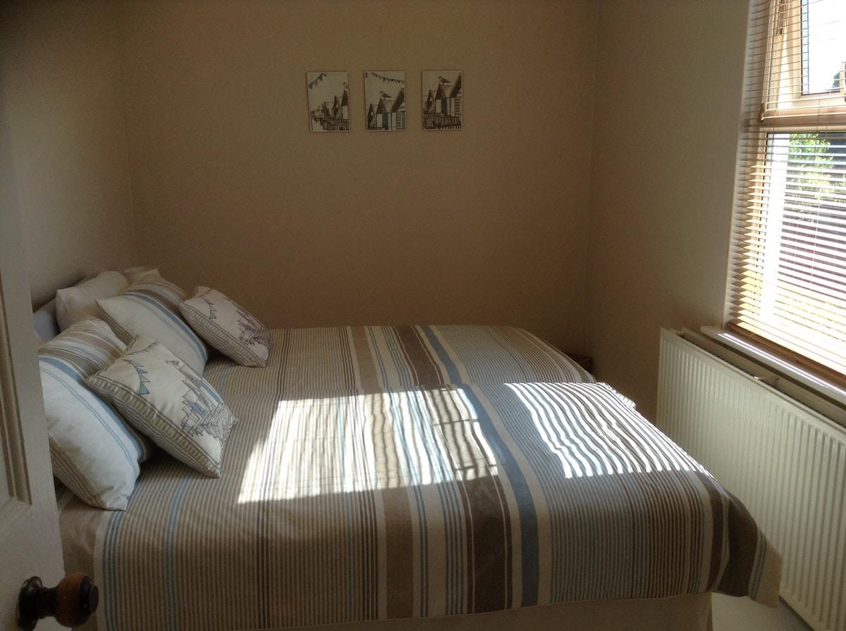 Sunny Twin Room near Beach & Town