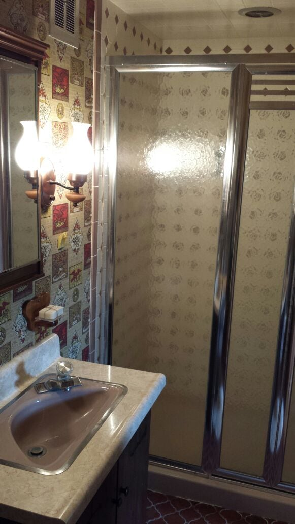 The private bathroom in the LeCleyre Room.