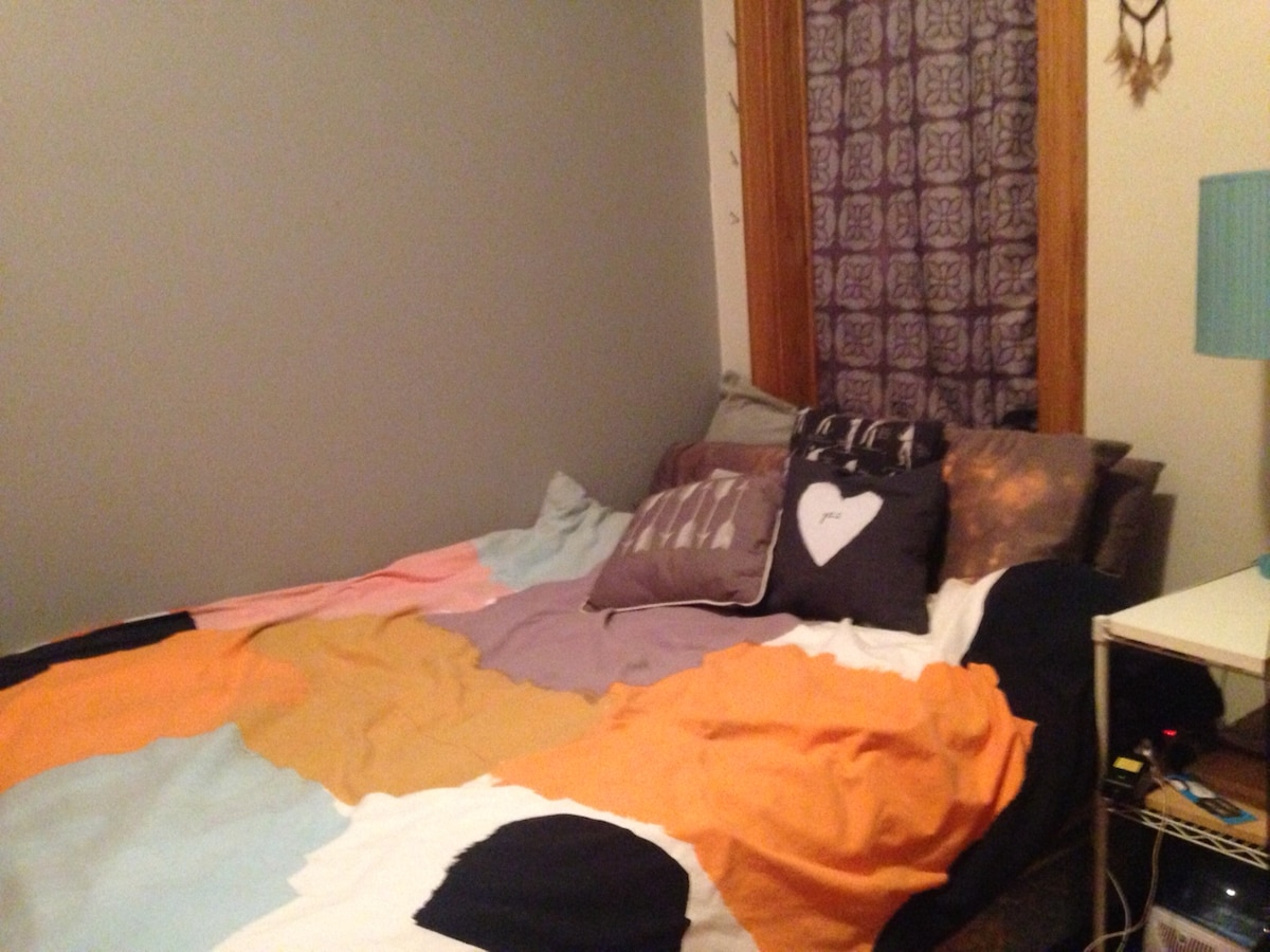 Queen bed & private bath - Lakeview