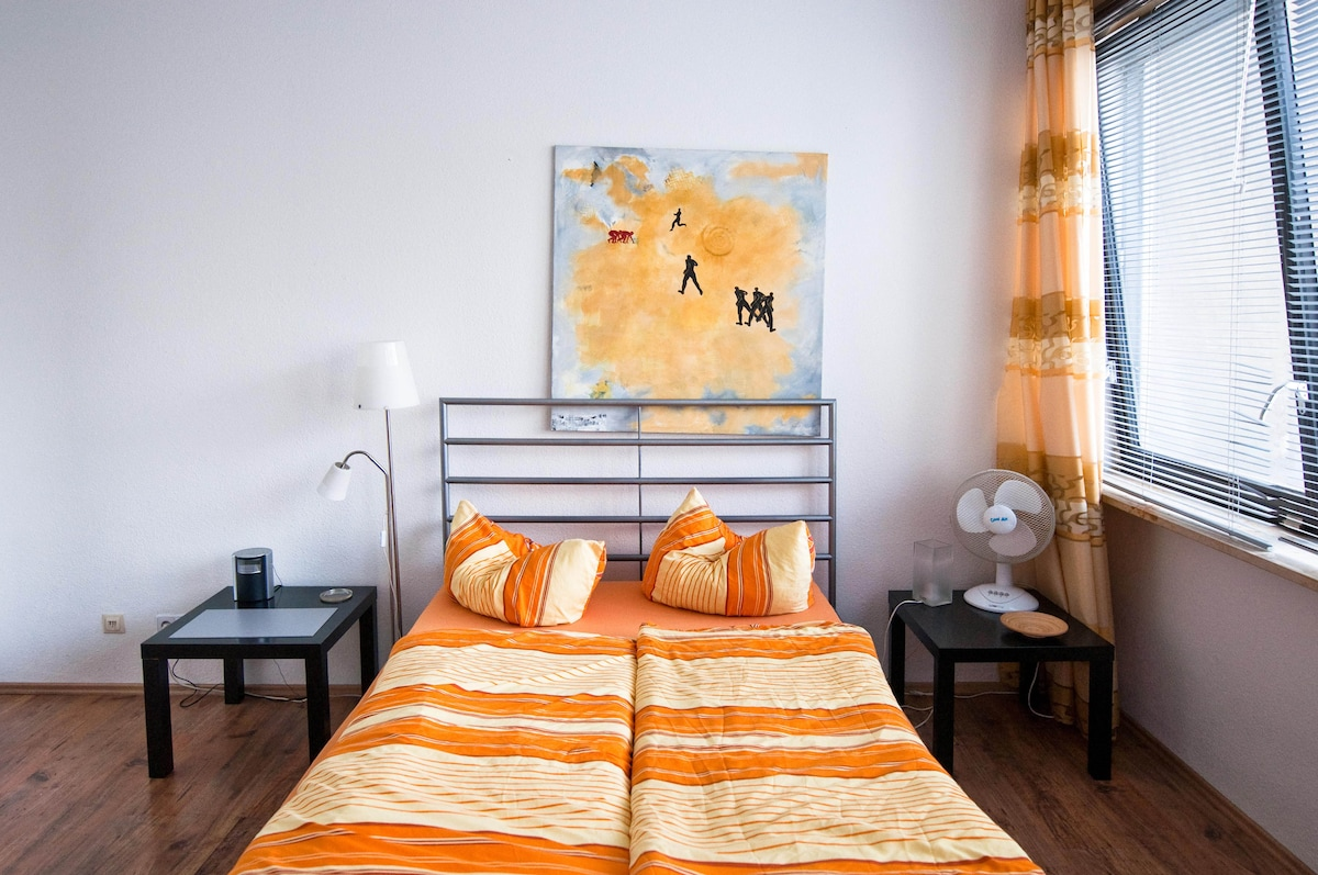 Main area : Double bed, dining table/area,wardrobe,bedsofa / Hauptzimmer : Doppelbett, Esstisch, Garderobe, Bettsofa.