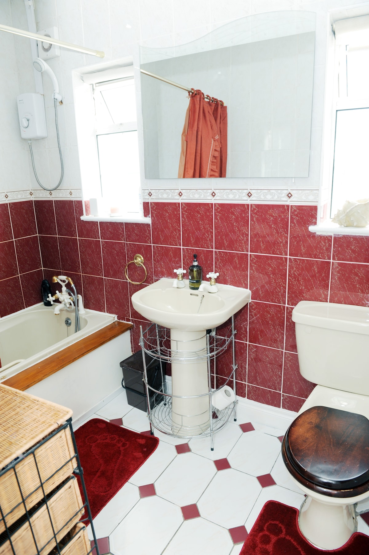 Guest Bathroom ( Includes In wall music - Sing in the shower !! )