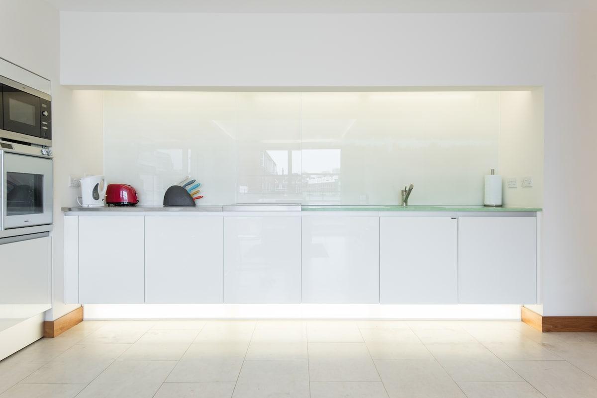 Bright Luxury Apartment! BEST AREA
