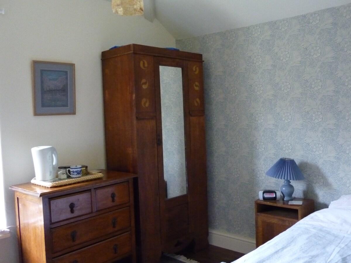 Single room & en suite shower room