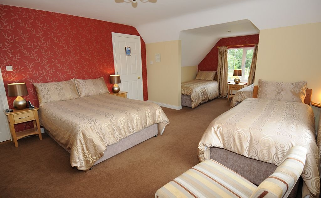 """""""Rosecliff"""" Family room sleeps 5 persons in style.."""