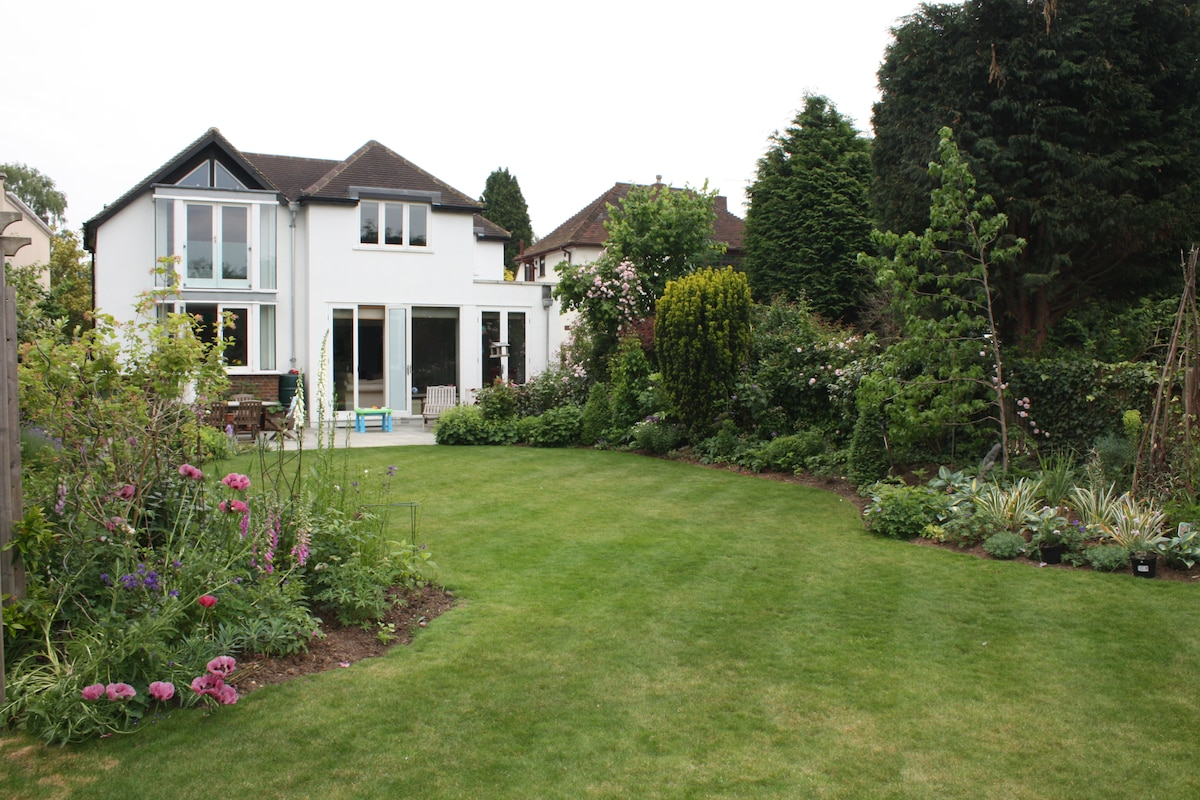 Spacious 4 bed home, pretty garden
