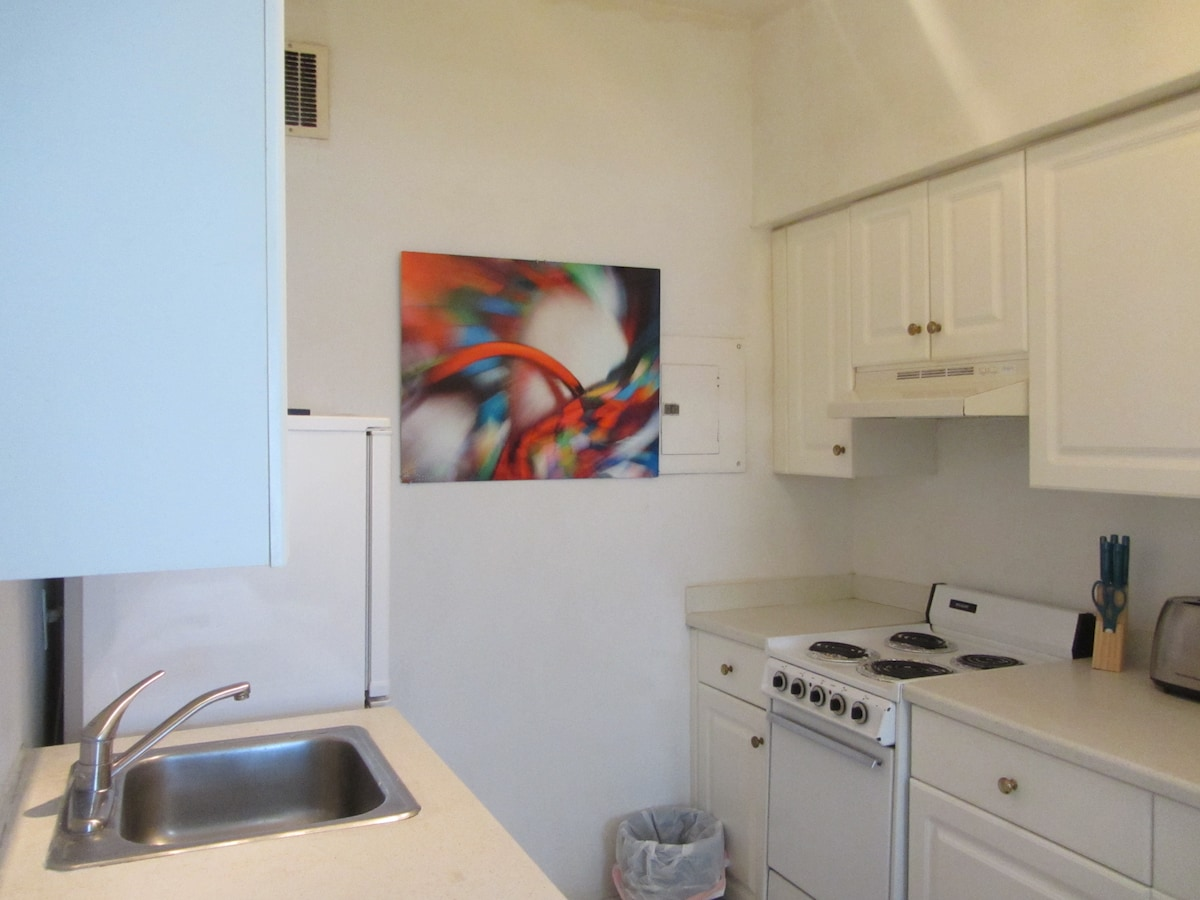 Kitchen - With Dishwasher! - Do you like the Art?? Its by a local Photographer