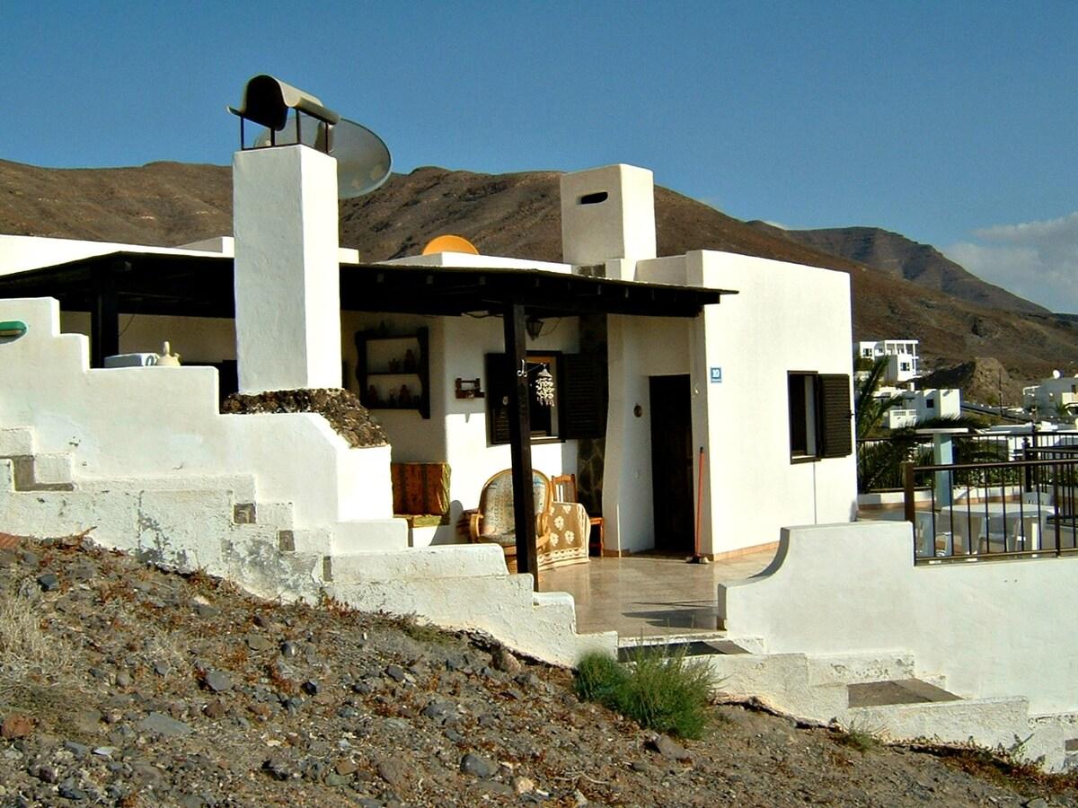 Quiet getaway bungalow with seaview