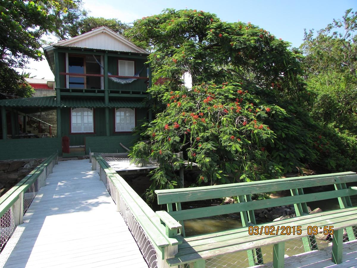 Casa na beira da lagoa de Imaruí