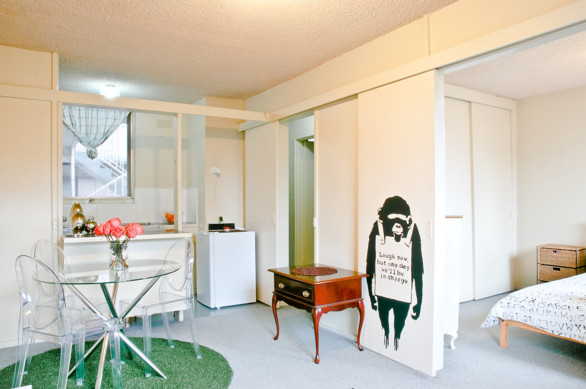 Charming Quirky Art Deco Apartment!