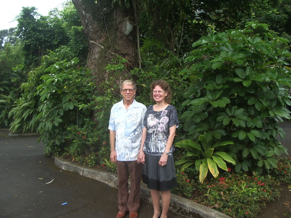 Hosts Rob and Priscilla, Kona residents since 1975.