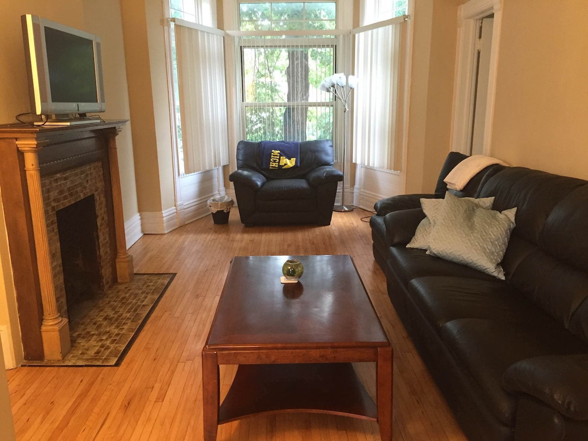 Spacious 2br in Lakeview on Belmont