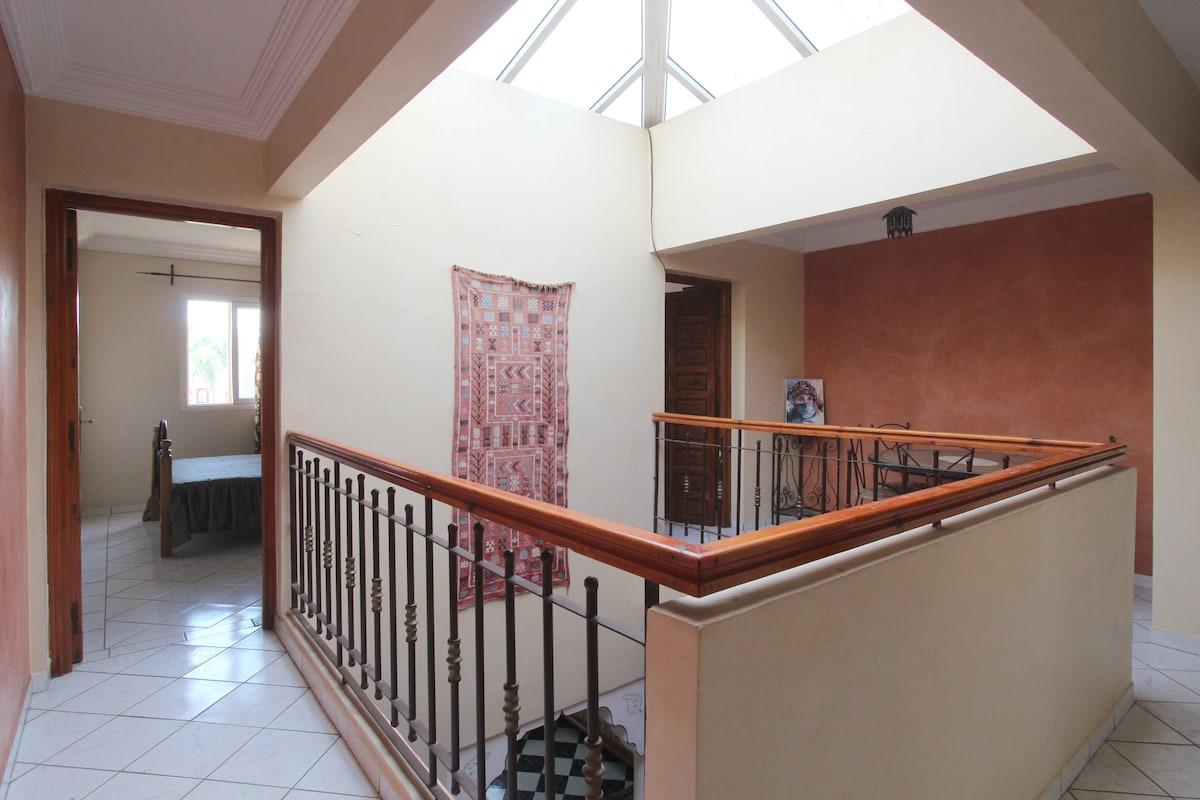 Photo prise du 1er étage,  Vue des 2 chambres à coucher au 1er étage.