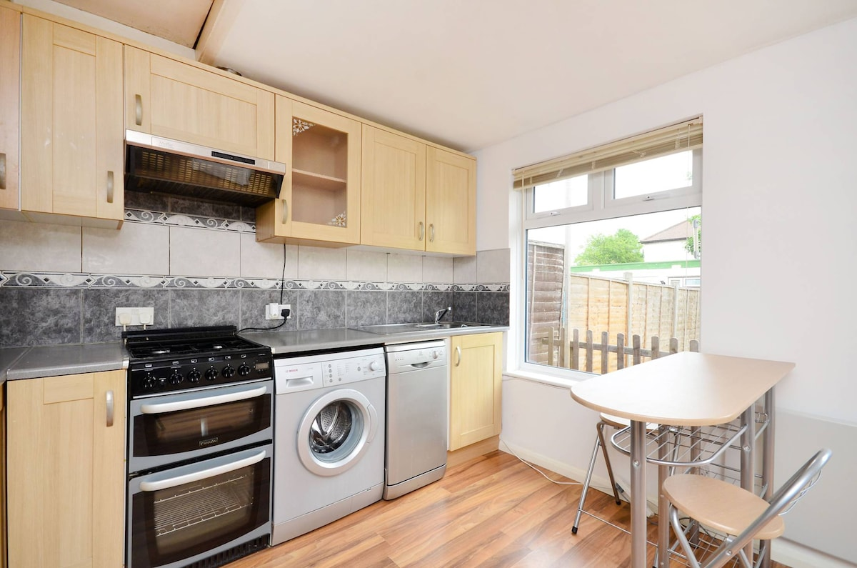 Modern 2 bed apartment with garden