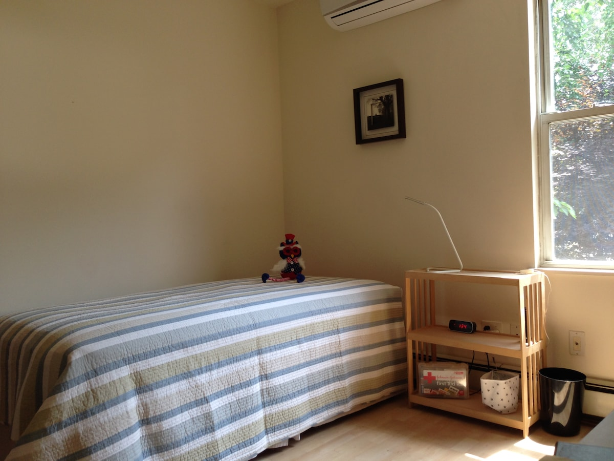 Tasteful, sunny room, real twin bed