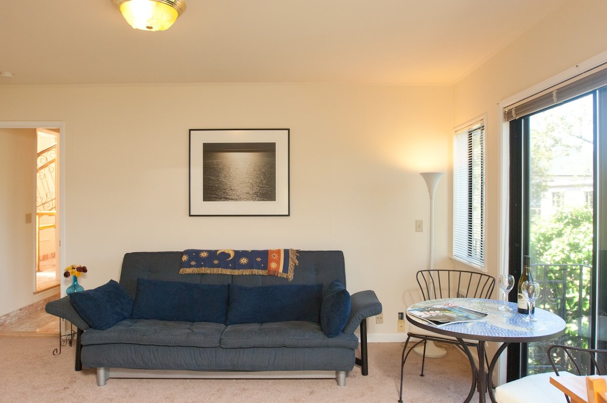 Living room with Limn sofabed, tiled table & chairs