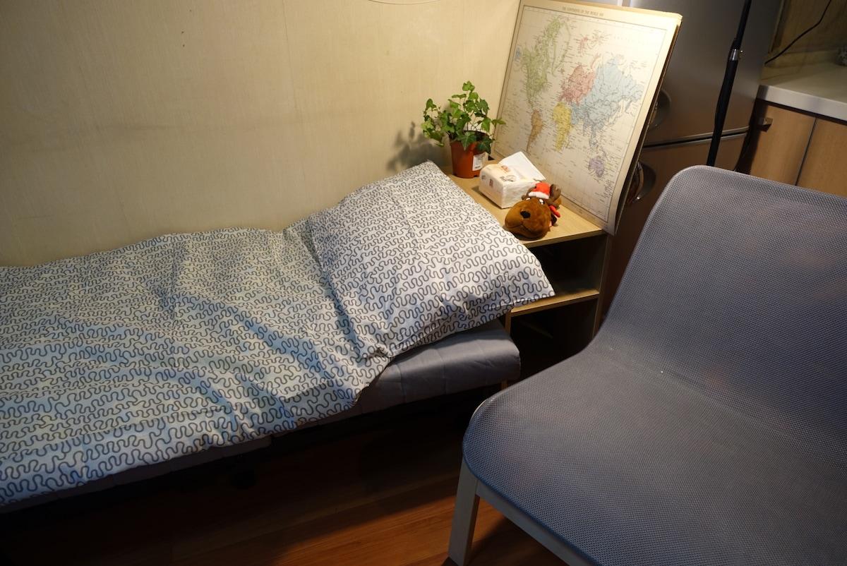 中关村苏州街沙发床,适宜聚会的整洁客厅空间,50寸高清电视