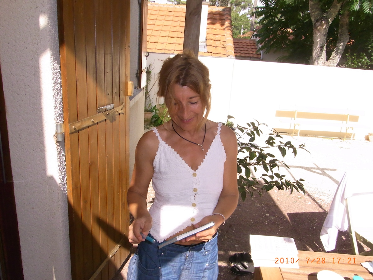 Corinne From Thénac, France