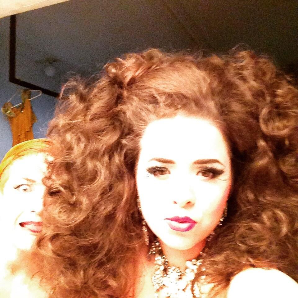 I am a profesional burlesque dancing chanteuse...