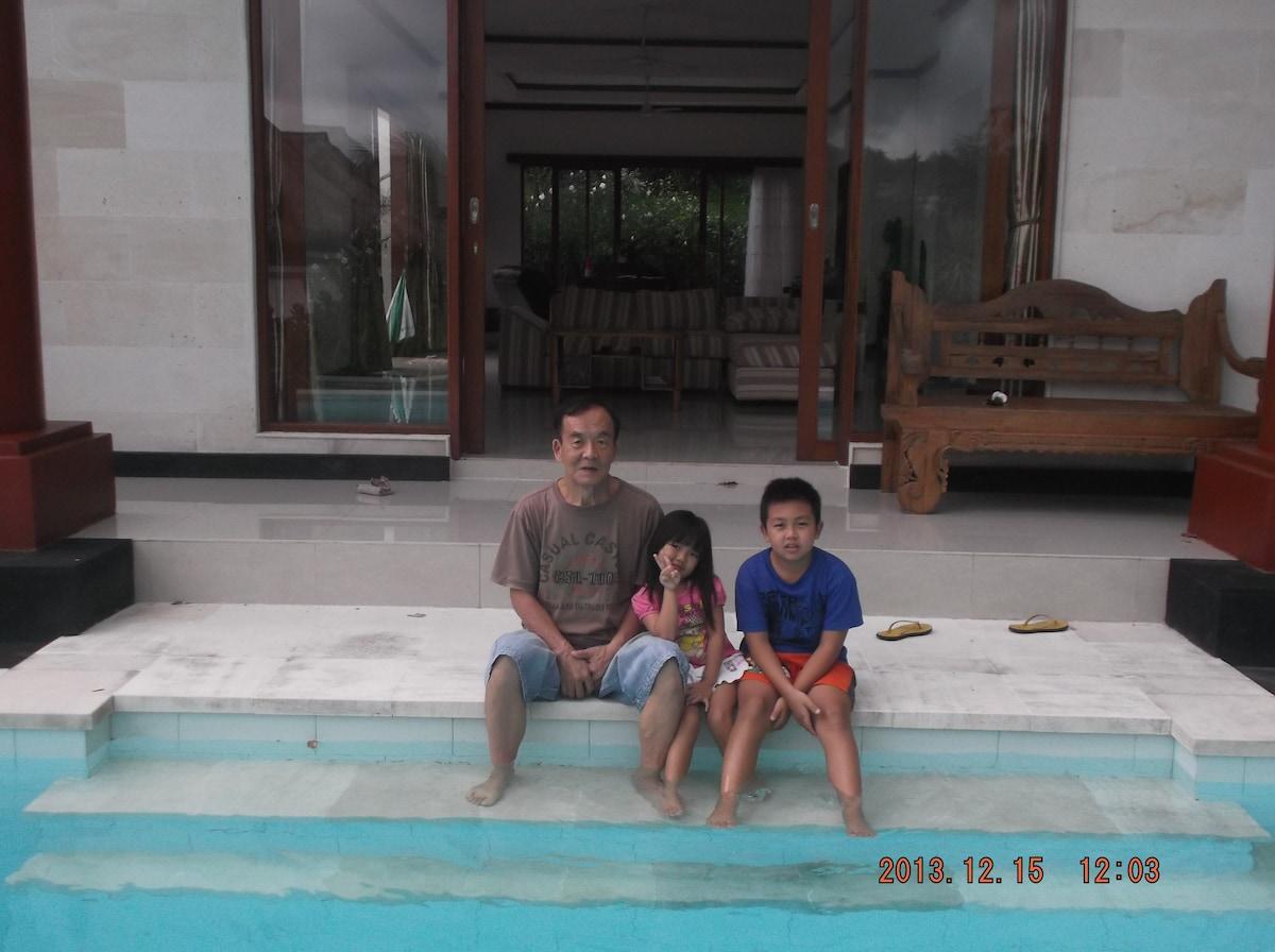 愛媛県出身、成田市民、バリ在住15年、ジャワ人の妻と未だ小さい子供が二人。デンパサールの自宅とブレセ