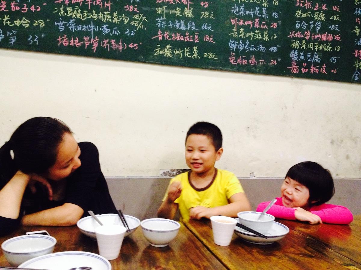 男主人山东人,女主人茶花湖南人,两人相识于深圳,在酒店业漂泊十余载,早有安居之心,惜无称心之所,第一
