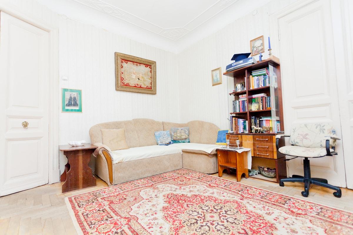 Светлая уютная комната с высоким потолком.
