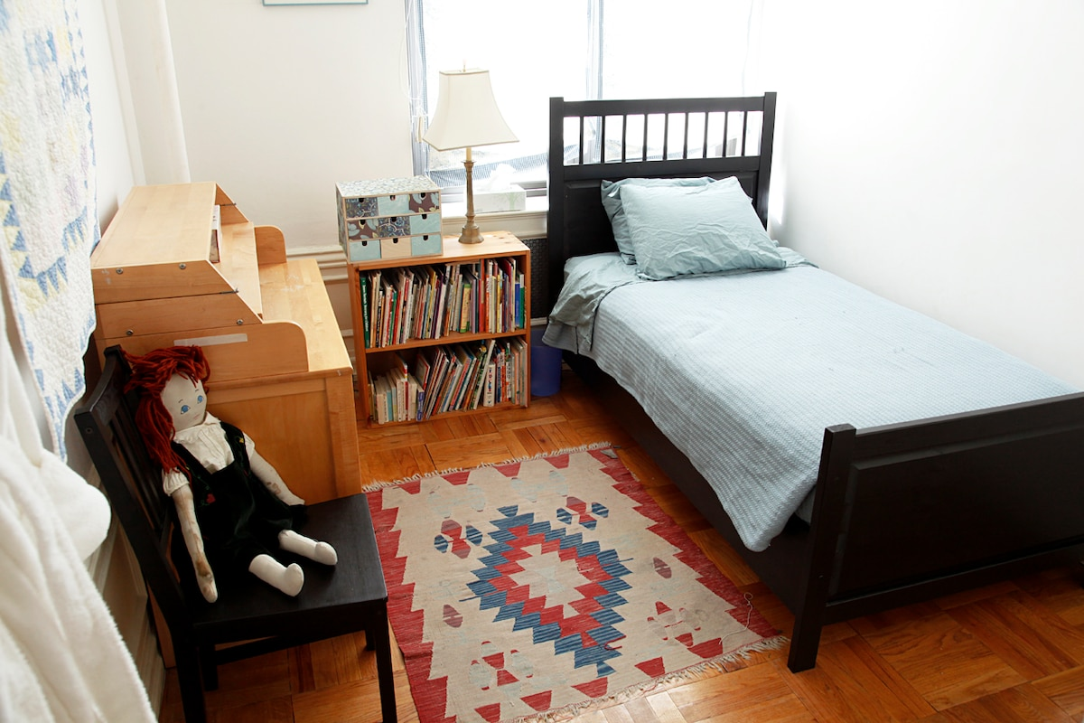 Single Guest Room in Family Apt.