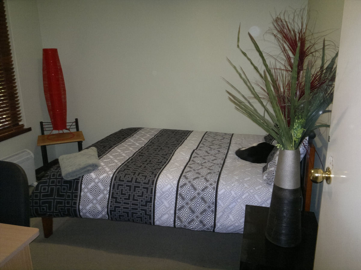 Cosy Bedroom 10 min to airport