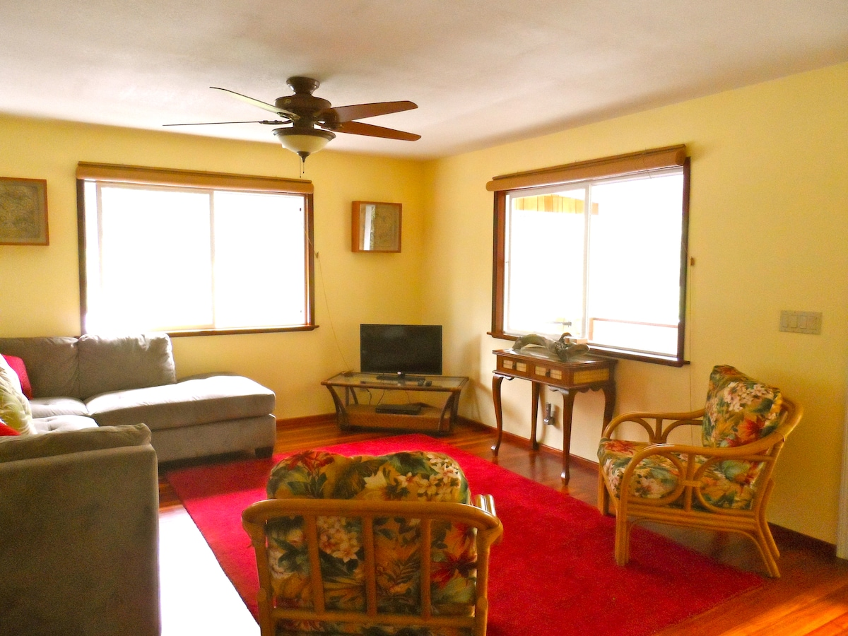 Seating Area . Flat Screen TV . Blu-Ray DVD Player . Netflix Streaming TV Service