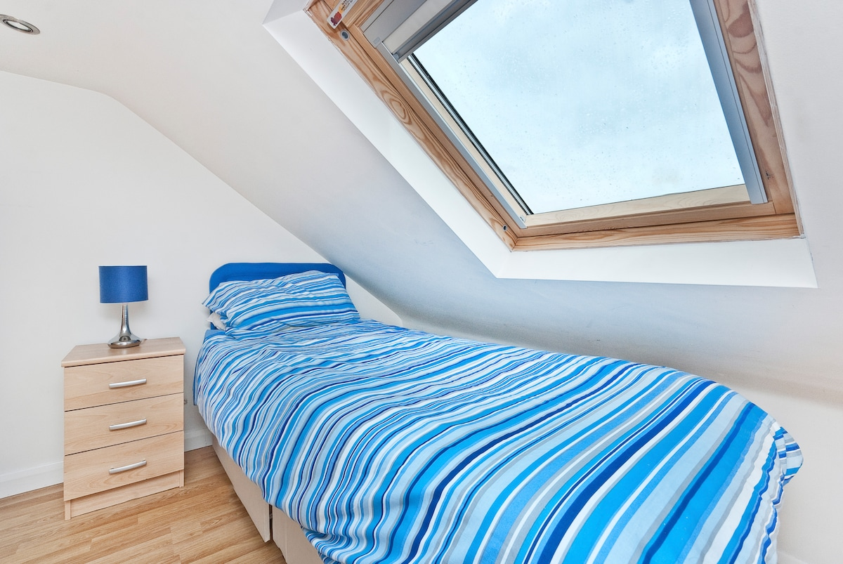 Bright Loft Room Close To Airport