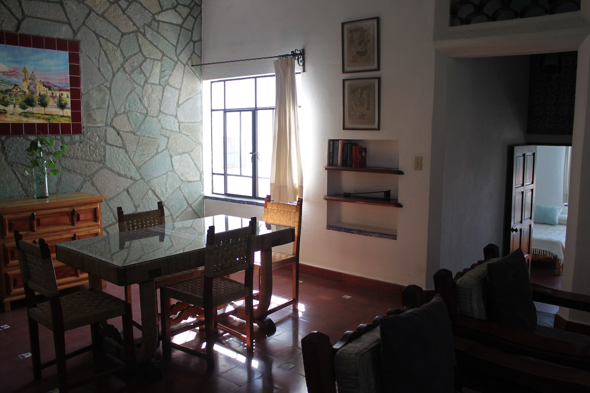 Comedor con vista hacia el cuarto/ Dining Room with view to bedroom.